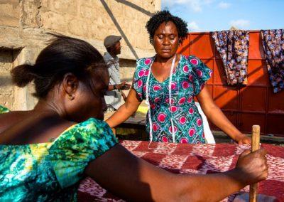 Batiktraining voor gehandicapten in Tanzania